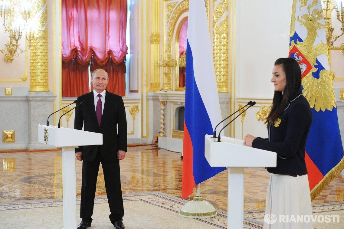 Президент России Владимир Путин и двукратная олимпийская чемпионка Елена Исинбаева (слева направо)