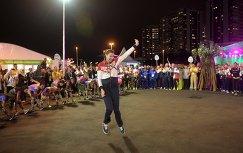 Российская волейболистка Ирина Заряжко танцует на торжественной церемонии поднятия флагов в Олимпийской деревне