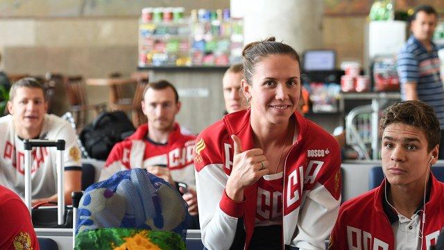 Спортсмены олимпийской сборной России по плаванию в аэропорту Сантос Дюмон Анастасия Фесикова и Евгений Рылов (слева направо на первом плане)