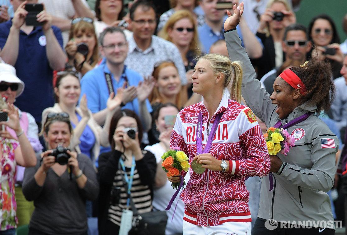 Россиянка Мария Шарапова (серебряная медаль) и американка Серена Уильямс (золотая медаль) (слева направо) на церемонии награждения на летних Олимпийских играх в Лондоне