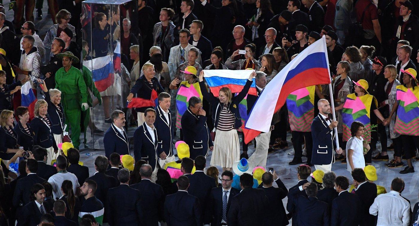 Знаменосец сборной России Сергей Тетюхин во время парада атлетов на церемонии открытия XXXI летних Олимпийских игр в Рио-де-Жанейро