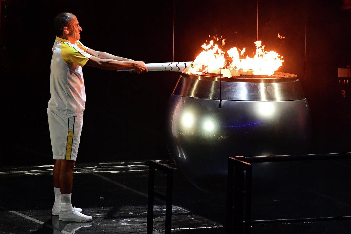 Вандерлей Кодейру зажигает олимпийский огонь на стадионе Маракана в Рио-де-Жанейро