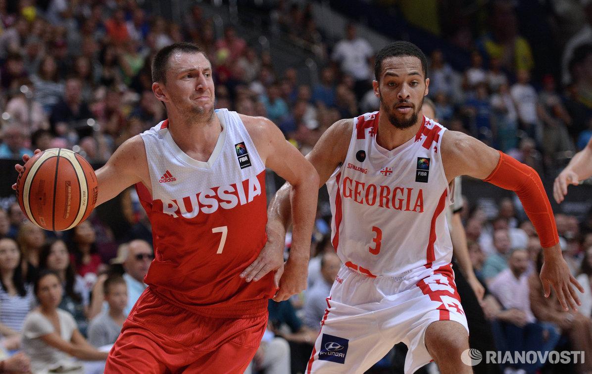 Защитник сборной России Виталий Фридзон (слева) и защитник сборной Грузии Майкл Диксон