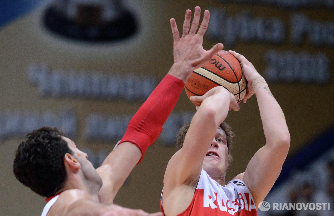 Защитник сборной России Дмитрий Кулагин (справа)