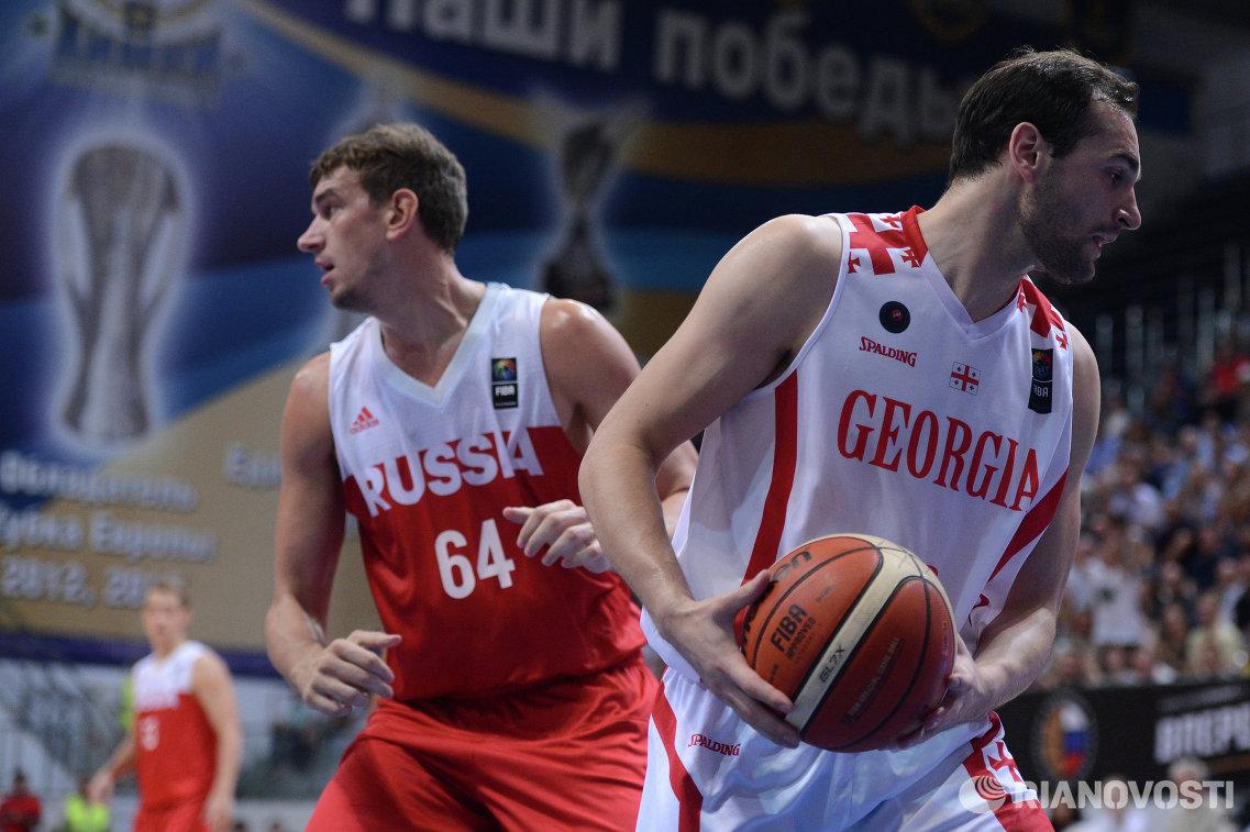 Центровой сборной России Артем Клименко (слева) и защитник сборной Грузии Дуда Санадзе