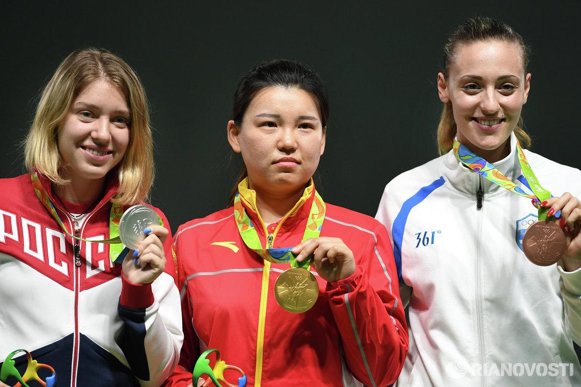 Виталина Бацарашкина - серебряная медаль, Чжан Мэнсюэ - золотая медаль, Анна Коракаки - бронзовая медаль (слева направо)
