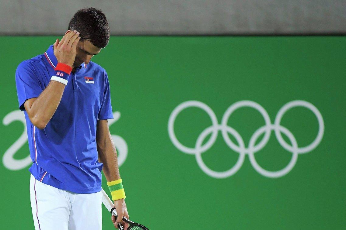 Первая ракетка мира Новак Джокович сансационно проиграл в первом круге олимпийского теннисного турнира.