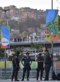 Сотрудники полиции у стадиона Маракана