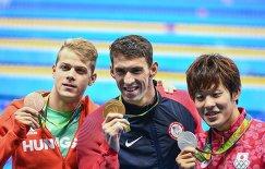 (справа налево): Масато Сакаи (Япония) - серебряная медаль, Майкл Фелпс (США)