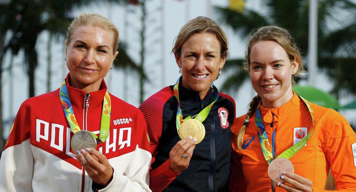 Российская велогонщица Ольга Забелинская, американка Кристин Армстронг и голландка Анне ван дер Брегген (слева направо)