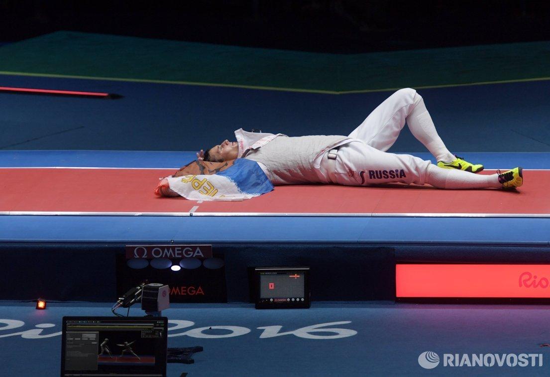 Рапирист сборной России Тимур Сафин после победы в финале Олимпийских игр 2016 года в Рио