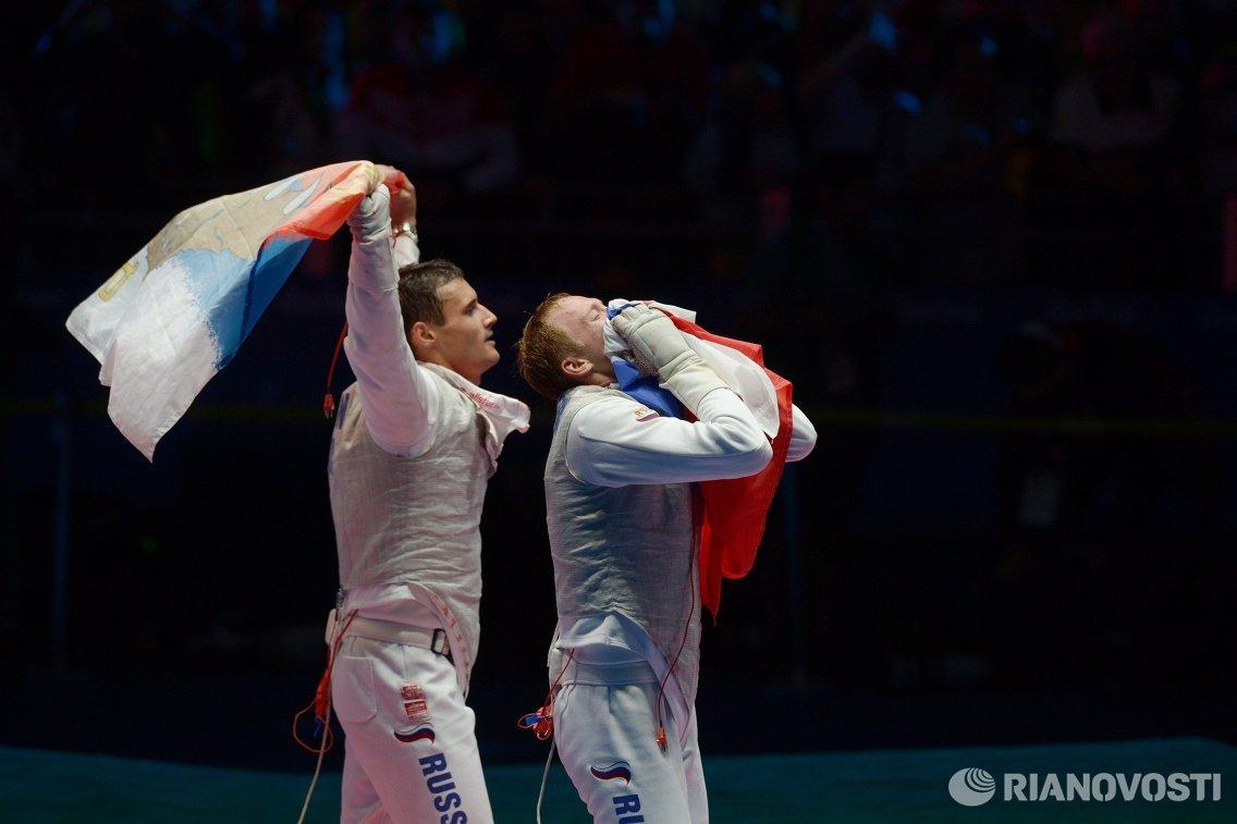 Рапиристы сборной России Тимур Сафин (слева) и Артур Ахматхузин после победы в финале Олимпийских игр 2016 года в Рио