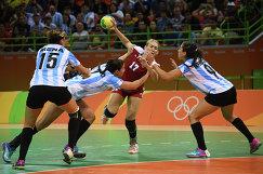 Гандболистка сборной России Владлена Бобровникова (в центре)