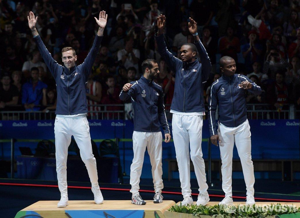 Рапиристы сборной Франции, завоевавшие серебряные медали в командном первенстве по фехтованию