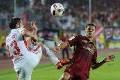 Защитник Спартака Дмитрий Комбаров (слева) и нападающий Рубина Максим Канунников