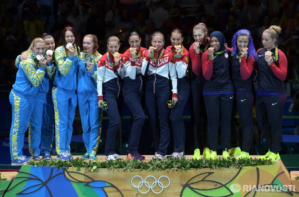 Саблистки сборной Украины, саблистки сборной России и саблистки сборной США (слева направо)