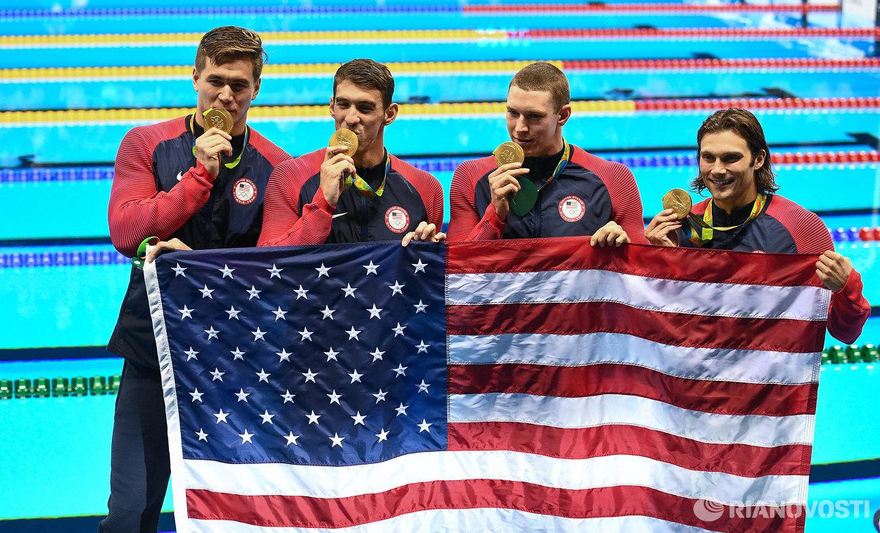 Мужская сборная США по плаванию. Слева направо: Натан Эдриан, Майкл Фелпс, Райн Мерфи и Коди Миллер