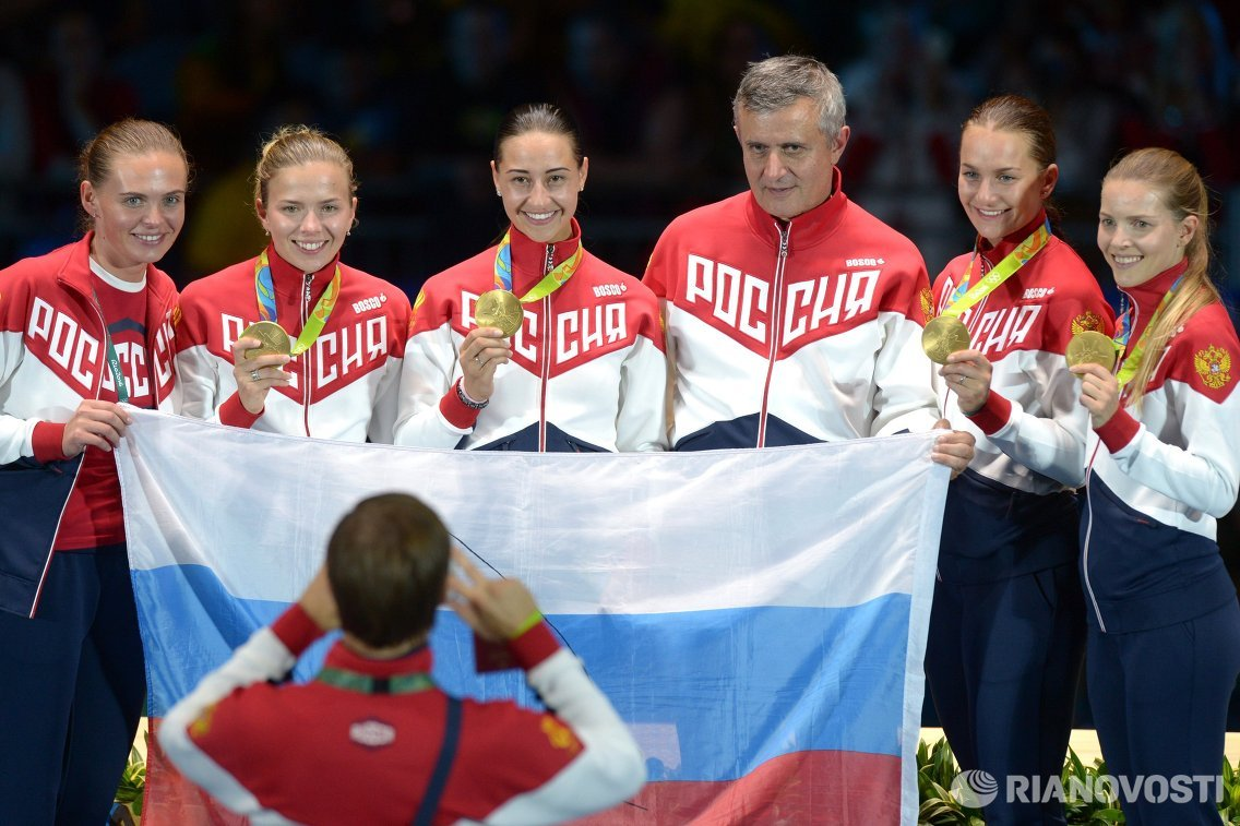 Екатерина Дьяченко, Софья Великая, Яна Егорян и Юлия Гаврилова (справа налево). Третий справа: старший тренер сборной России по фехтованию на сабле Кристиан Бауэр.