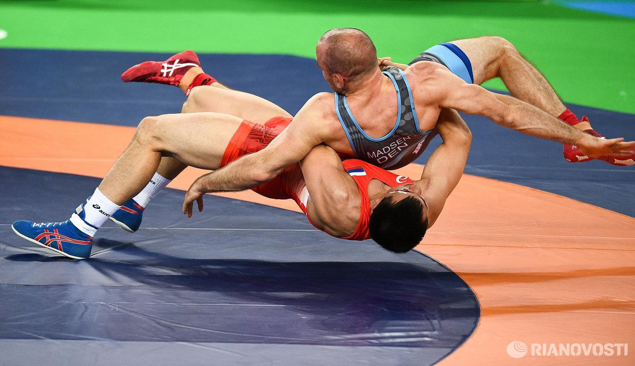 Роман Власов (справа) и Марк Мадсен в финальном поединке Олимпады-2016 в Рио