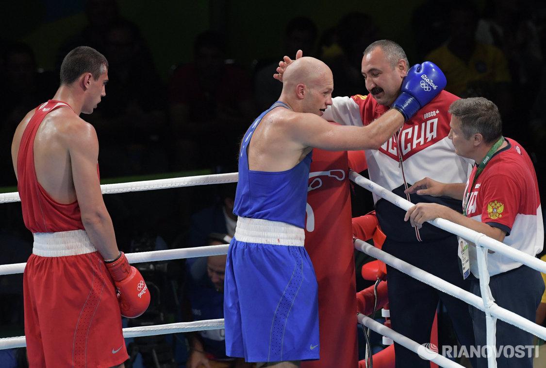 Слева направо: боксеры Евгений Тищенко, Василий Левит и главный тренер сборной России по боксу Александр Лебзяк