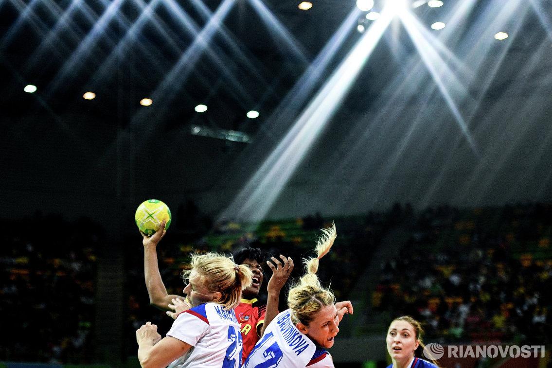 Игроки сборной России Екатерина Маренникова (слева) и Владлена Бобровникова (справа) и игрок сборной Анголы Луиза Киала (в центре)