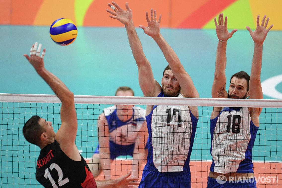 Волейболист сборной Канады Гэвин Шмитт и игроки сборной России Максим Михайлов и Александр Волков (слева направо)