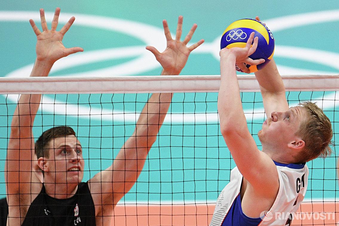 Волейболист сборной Канады Грэм Виграсс (слева) и россиянин Сергей Гранкин