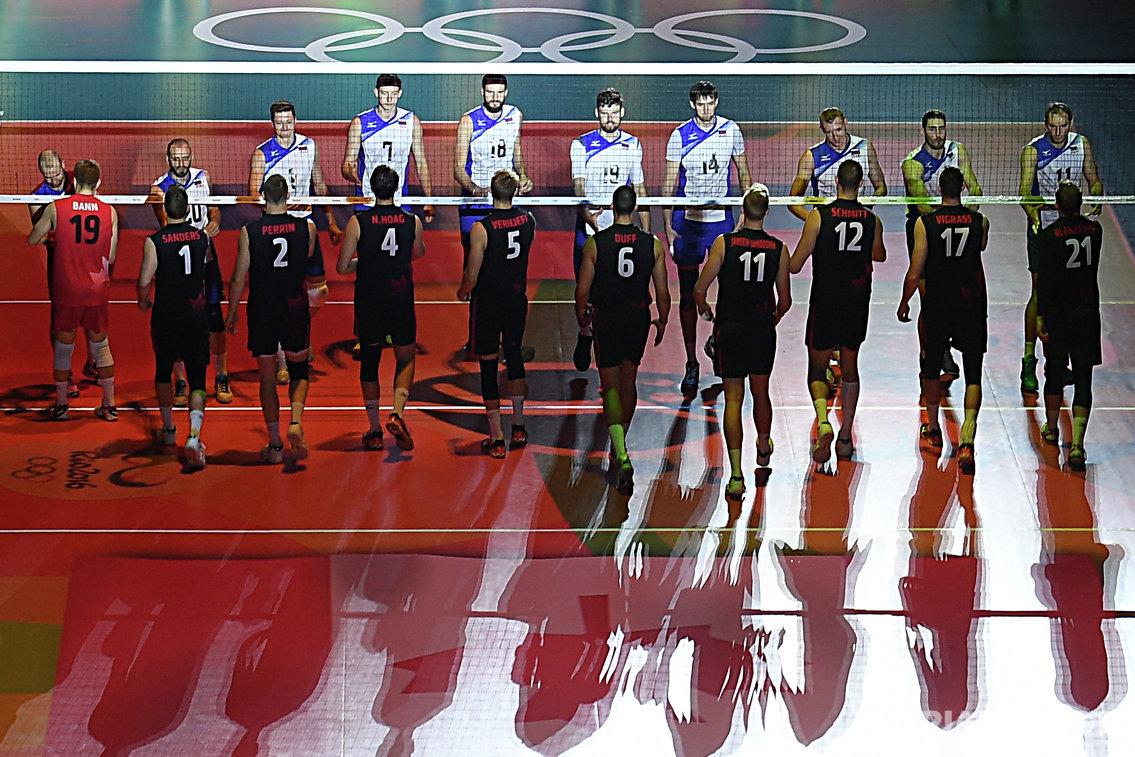 Волейболисты сборных России и Канады перед началом матча