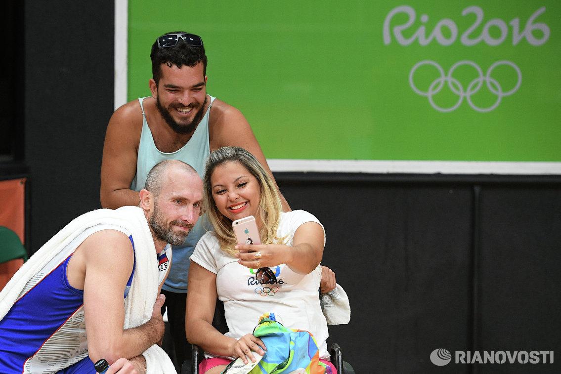 Доигровщик сборной России Сергей Тетюхин фотографируется со зрителями