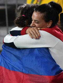 Наталья Воробьева и Елена Исинбаева (справа)