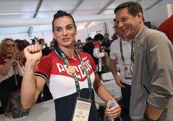 Двукратная олимпийская чемпионка в прыжках с шестом Елена Исинбаева и президент Олимпийского комитета России (ОКР) Александр Жуков