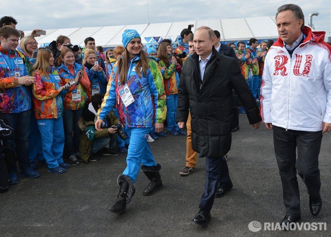 Владимир Путин (в центре), Елена Исинбаева и Виталий Мутко