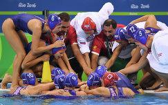 Главный тренер женской сборной России по водной поло Александр Гайдуков (четвертый справа) и российские ватерполистки