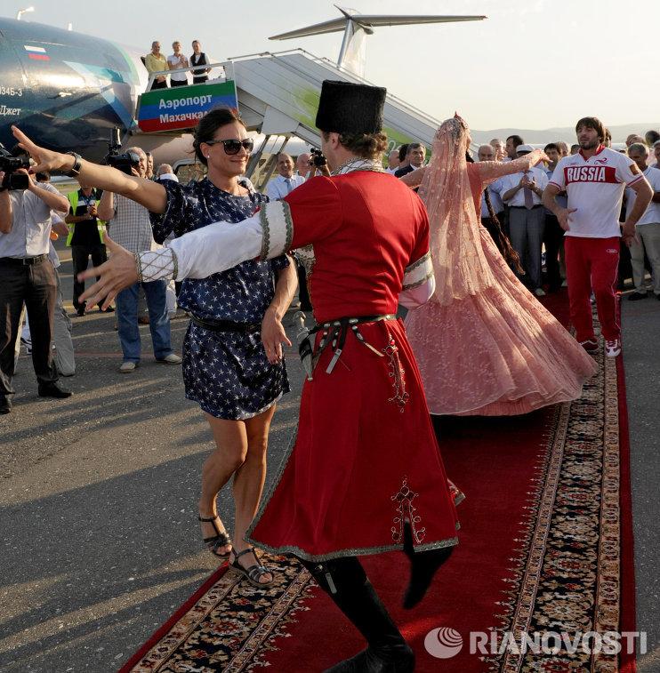 Российская спортсменка Елена Исинбаева танцует лезгинку