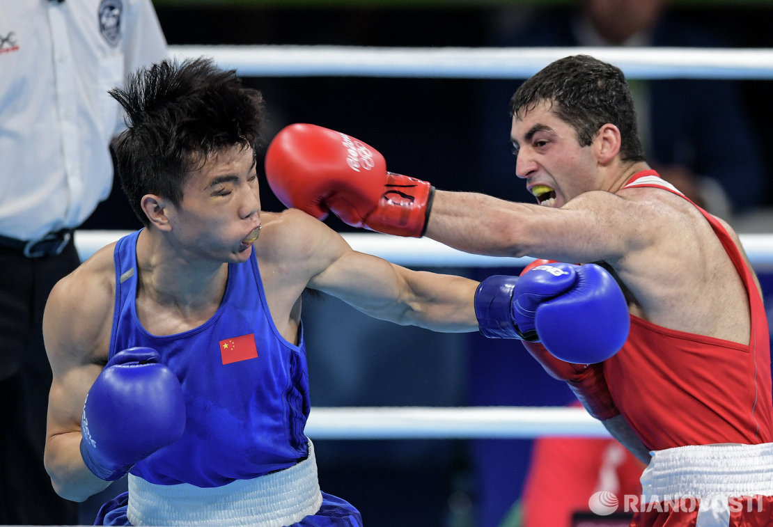 Слева направо: Ху Цзянгуань (Китай) и Михаил Алоян (Россия)