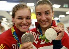"""Дарья Шмелева (справа) и Анастасия Войнова, завоевавшие серебряные медали ОИ-2016 в Рио, в аэропорту """"Шереметьево"""""""