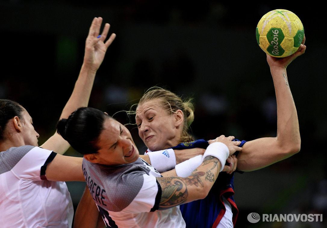 Игроки сборной Франции Камиль Айглон и Александра Лакрабер и игрок сборной России Ирина Близнова (слева направо)