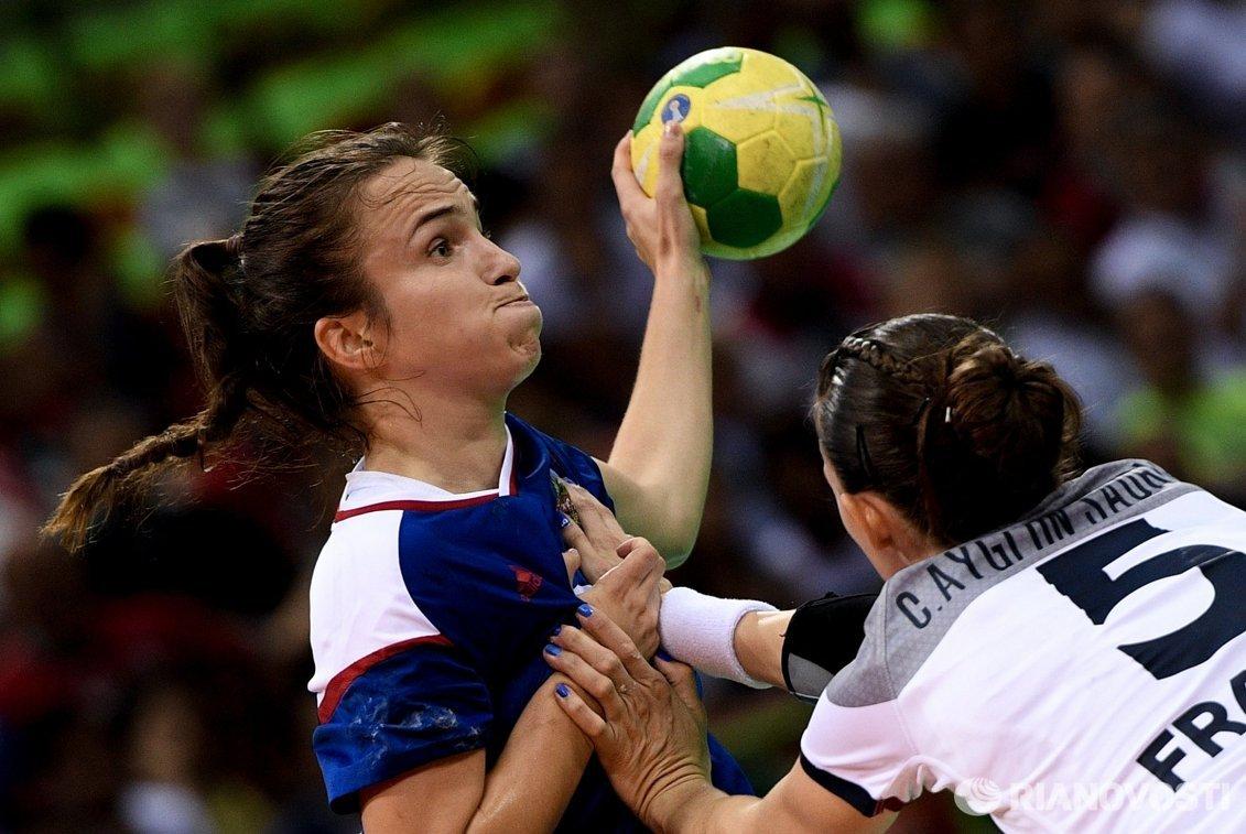 Игрок сборной России Анна Вяхирева (слева) и игрок сборной Франции Камиль Айглон