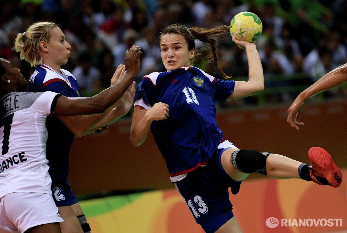 Игрок сборной Франции Сираба Дембеле и игроки сборной России Екатерина Маренникова и Анна Вяхирева (слева направо)