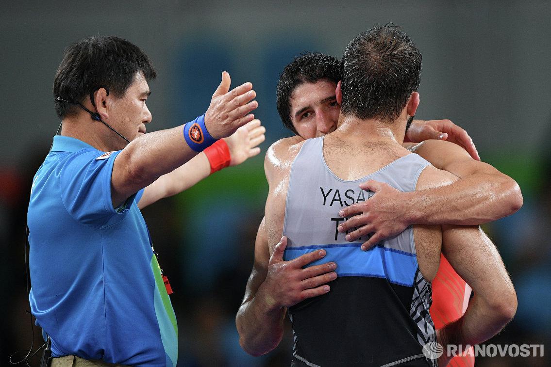 Селим Ясар и Абдулрашид Садулаев (справа налево) после финального поединка на Олимпийских играх 2016 года