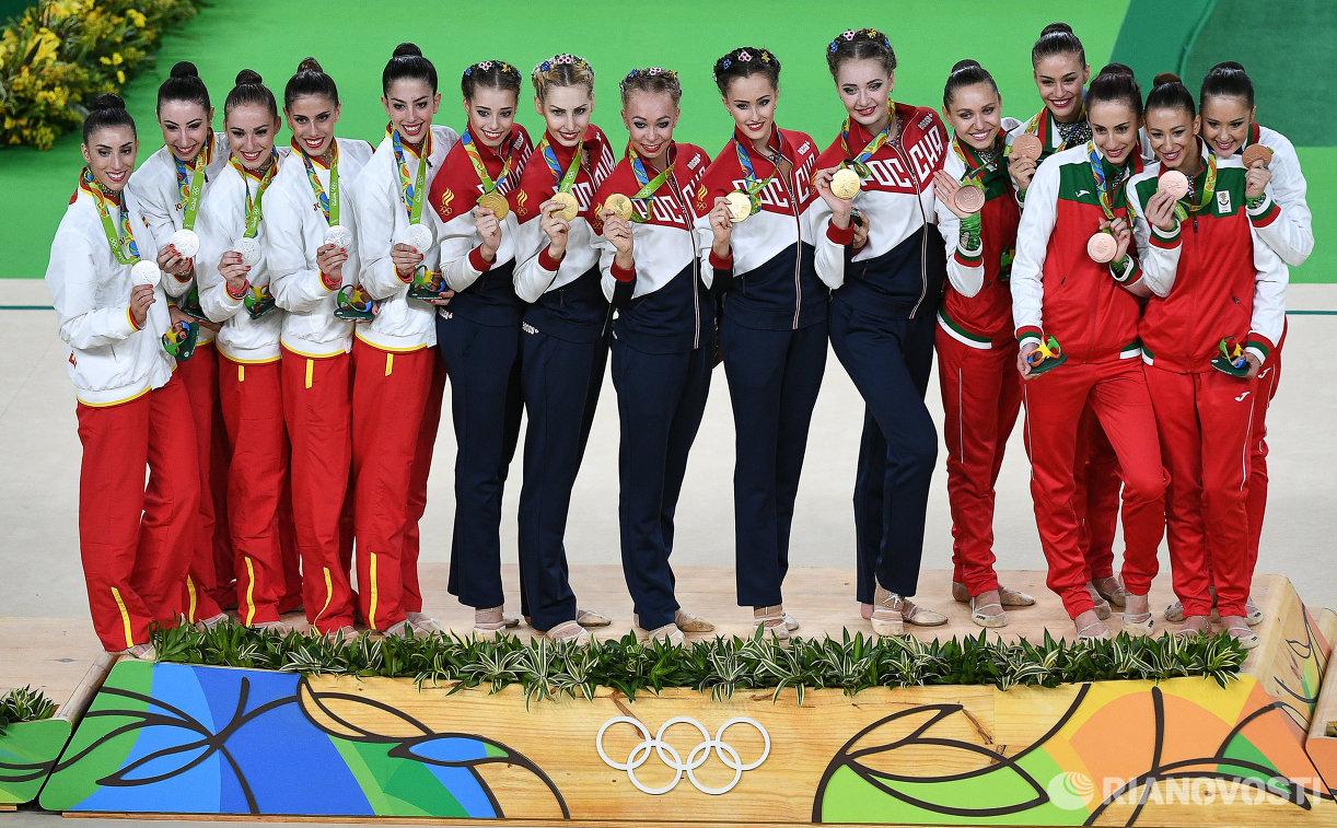 Спортсменки сборной Испании по художественной гимнастике, спортсменки сборной России по художественной гимнастике и спортсменки сборной Болгарии по художественной гимнастике (слева направо)