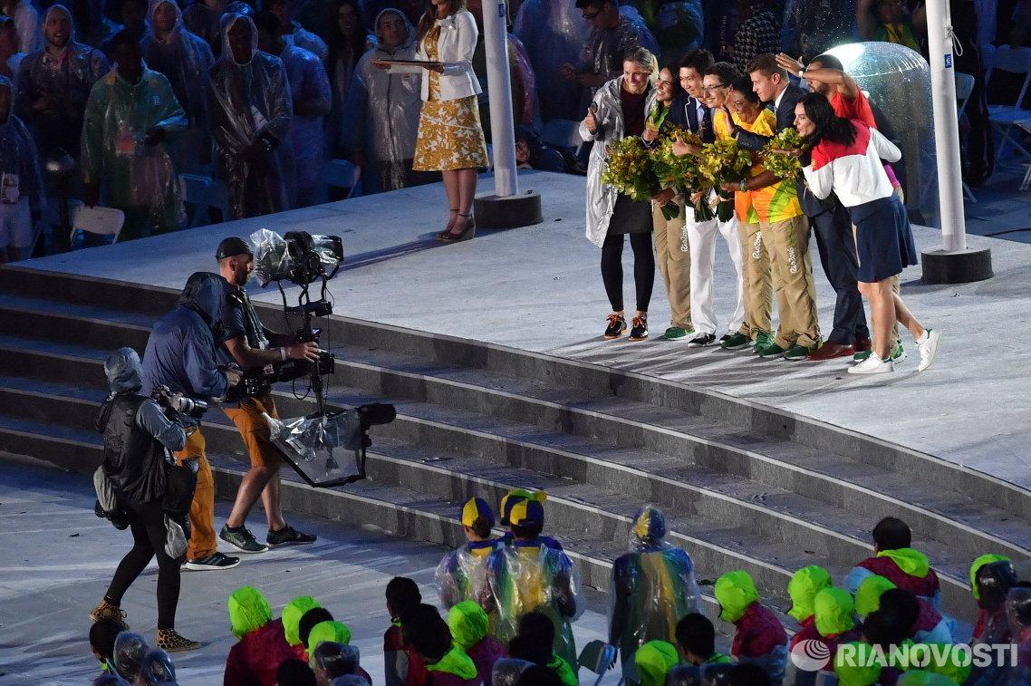 Елена Исинбаева (справа) представлена в качестве члена МОК в ходе церемонии закрытия Олимпийских игр 2016 года в Рио-де-Жанейро