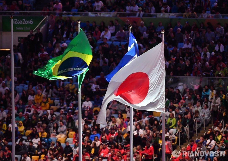 Государственные флаги Бризилии, Греции и Японии на церемонии закрытия XXXI летних Олимпийских игр в Рио-де-Жанейро
