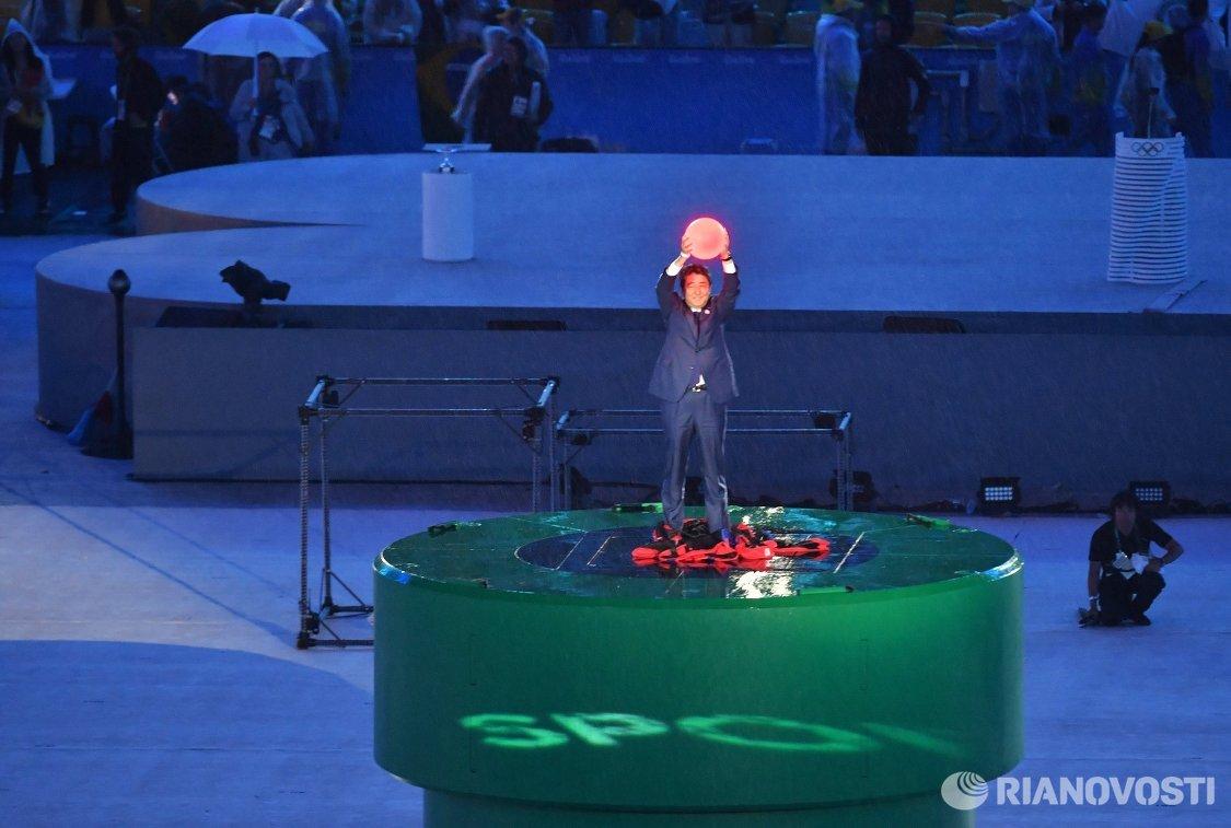 Премьер-министр Японии Синдзо Абэ во время церемонии закрытия XXXI летних Олимпийских игр в Рио-де-Жанейро