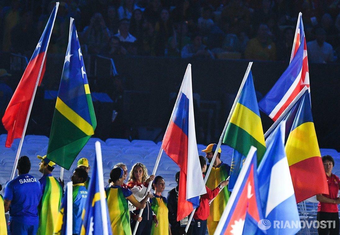 Светлана Ромашина и Наталья Ищенко (в центре слева направо) с российским флагом на церемонии закрытия XXXI летних Олимпийских игр в Рио-де-Жанейро