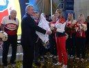 Дмитрий Рогозин (на первом плане) приветствует женскую сборную России по гандболу во главе с главным тренером команды Евгением Трефиловым (в центре)