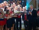 Дмитрий Рогозин (справа) приветствует женскую сборную России по гандболу