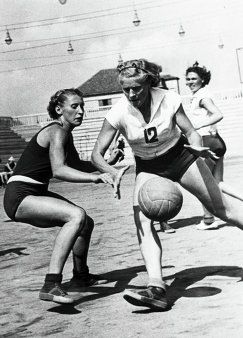 Баскетболистка Нина Еремина (в центре)