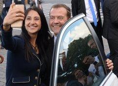 Председатель правительства РФ Дмитрий Медведев и двукратная чемпионка Игр XXXI Олимпиады по фехтованию на саблях Яна Егорян