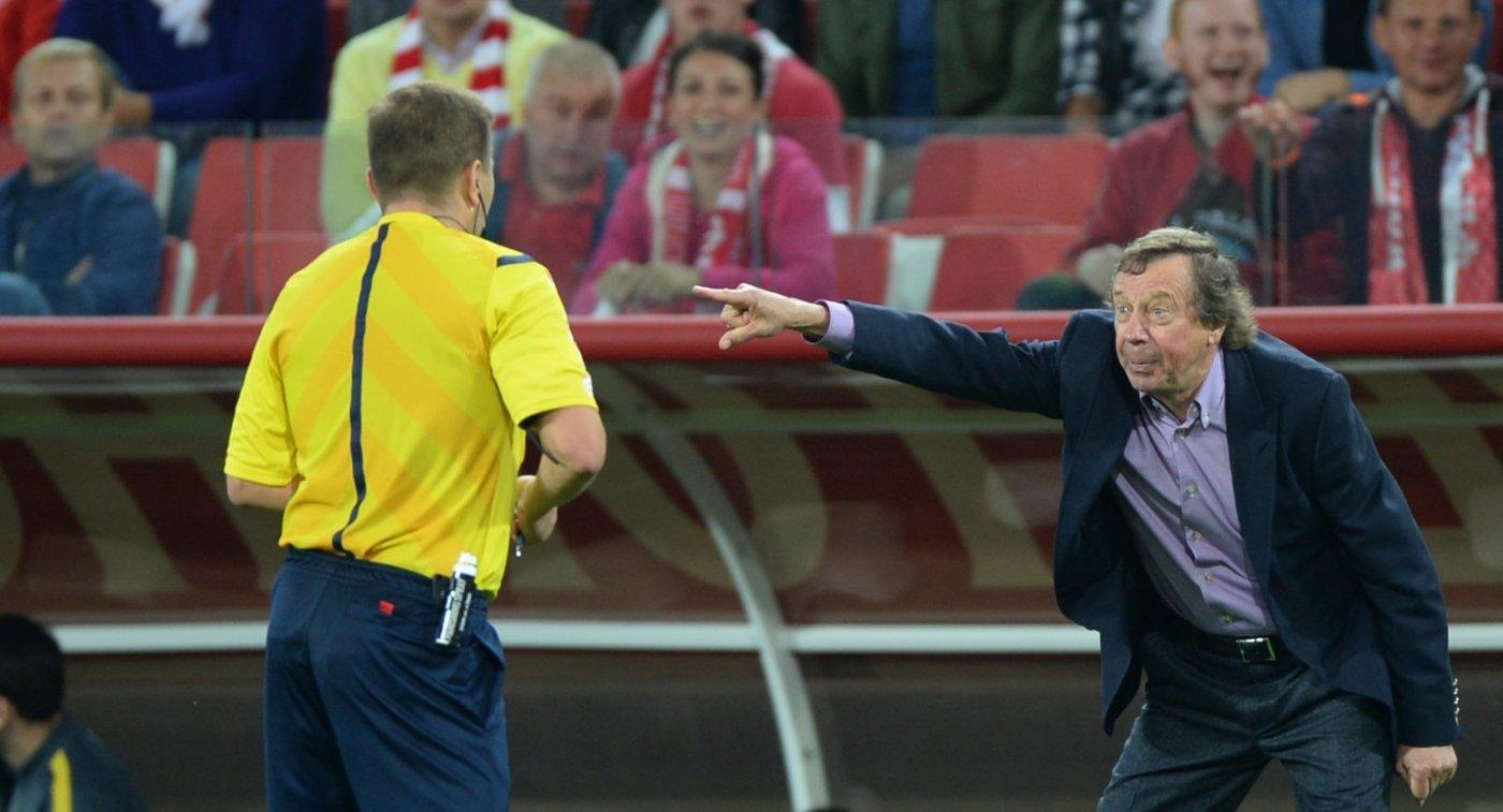 Главный судья Михаил Вилков (слева) и главный тренер Анжи Юрий Семин